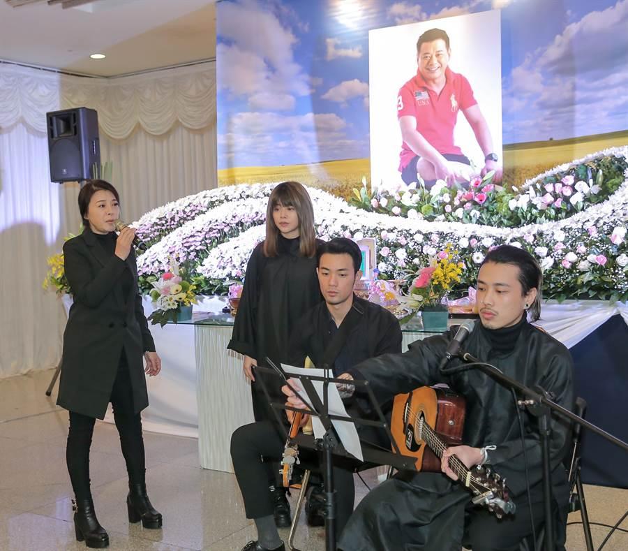 安迪的妻子阿娥、女兒林吟蔚、兒子阿夜在告別式上獻唱。(盧禕祺攝)