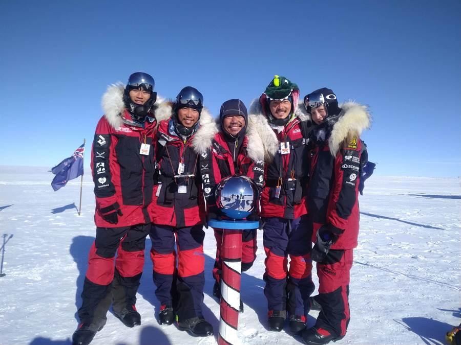 台灣首支南極長征隊成功抵達南極點。(橘子基金會提供)