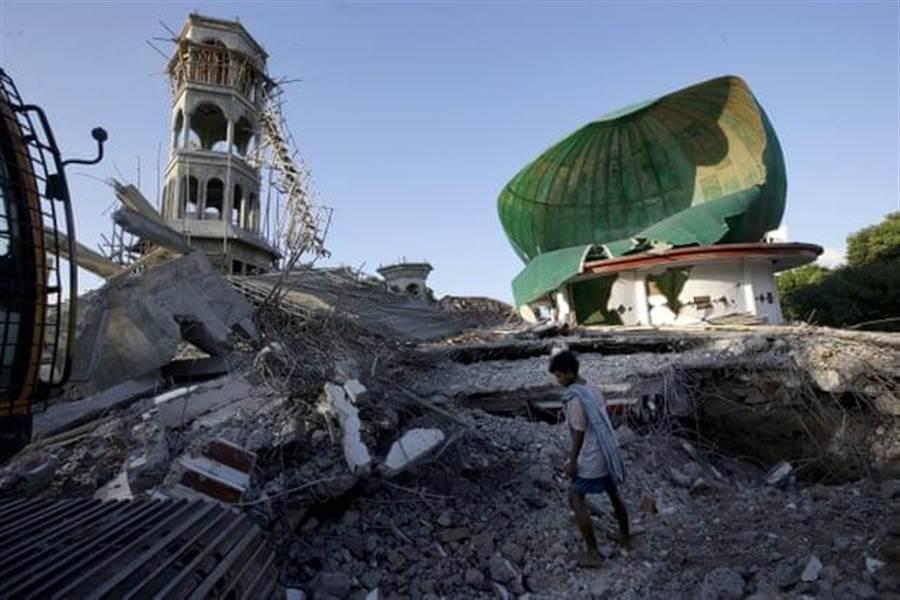 龍目島在一個月內發生三起強震,幾乎把島上建築都夷為平地。(圖/美聯社)