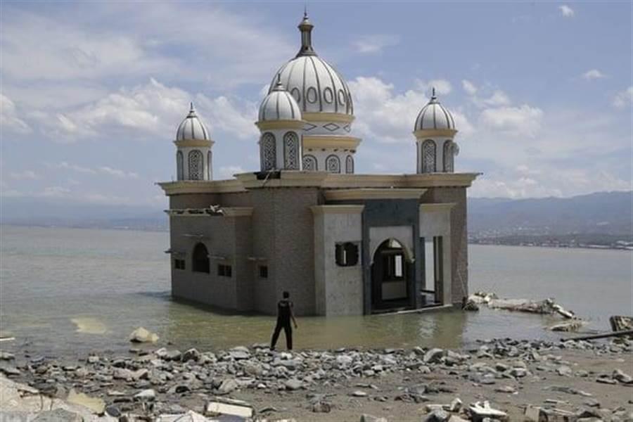 蘇拉威西島的一座清真寺,同時遭到地震加上海嘯的摧殘。(圖/美聯社)