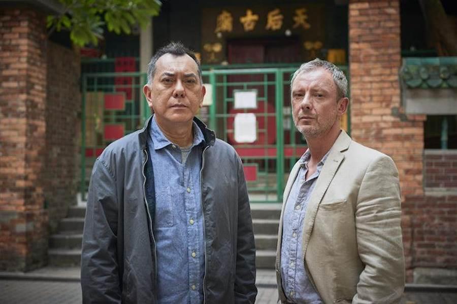 黃秋生(左)與約翰‧西姆合作《陌路追凶》。(FOX提供)