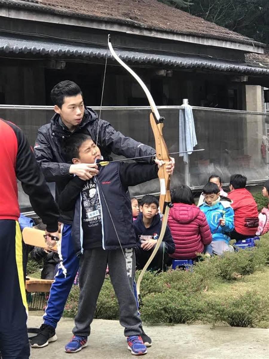 107年學生寒假體育育樂營在新竹進行射箭體驗活動。(體育署提供)