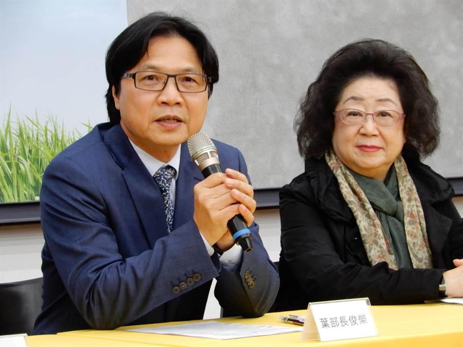 教育部長葉俊榮(左)今天宣布,勉予同意聘任管中閔為台大校長。(林志成攝)