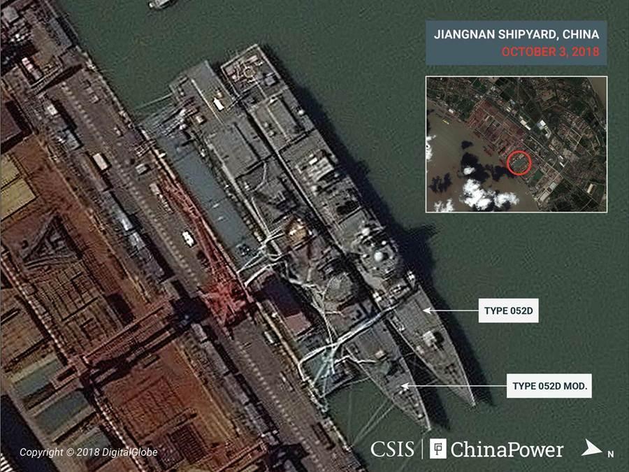 大陸江南造船廠衛星照中,並排的2艘052D導彈驅逐艦中,圖左「052D改」明顯地在艦艉直升機起降平台較圖右052D加長。(圖/CSIS)