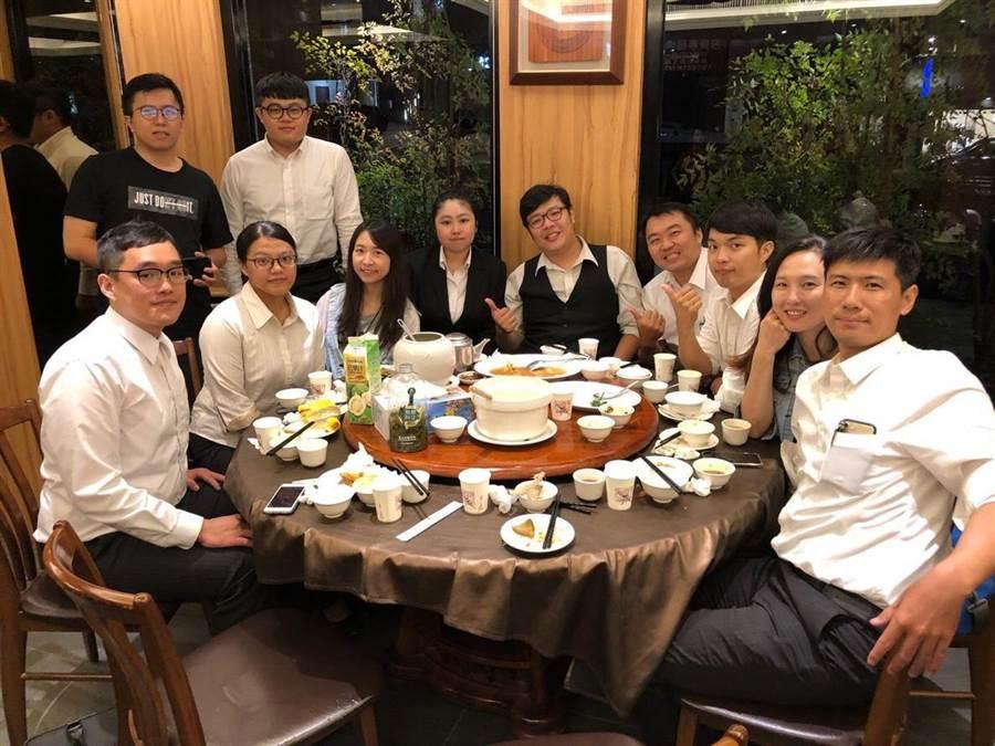 下班後翟純一(右1)帶未婚妻(右2)與同事聚餐,嗑美食,享受「聰明工作‧健康生活」。