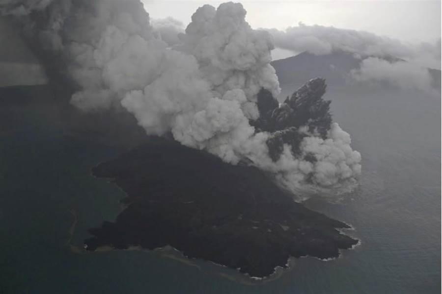 喀拉喀托之子火山的水下滑坡所引發海嘯,已得到觀測證實。(圖/美聯社)