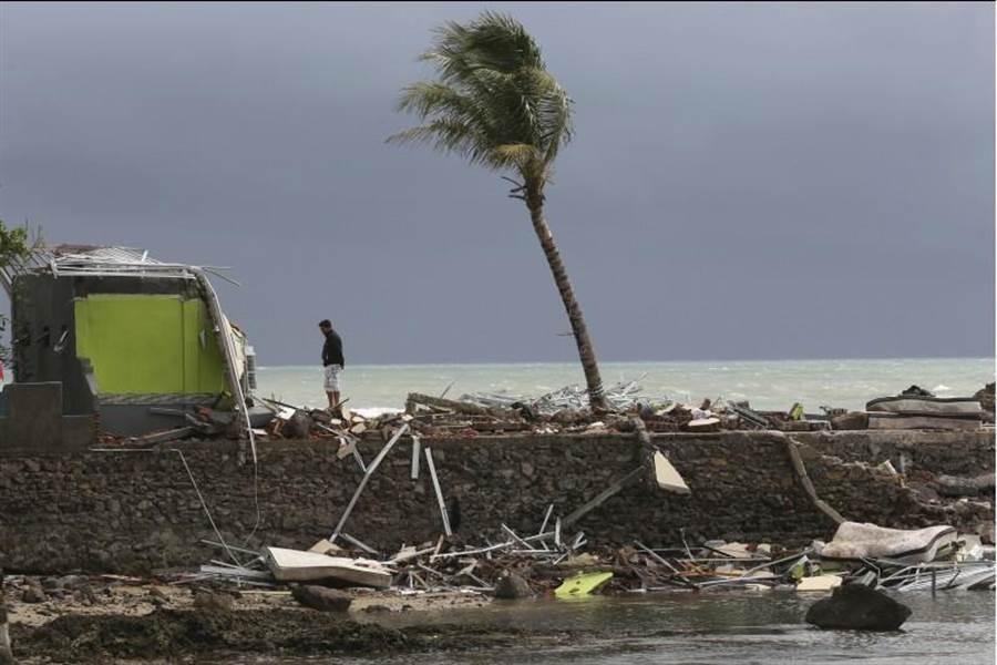 印尼巽他海峽的海灘有相當多的社區,海嘯一來造成的損失極大。(圖/美聯社)