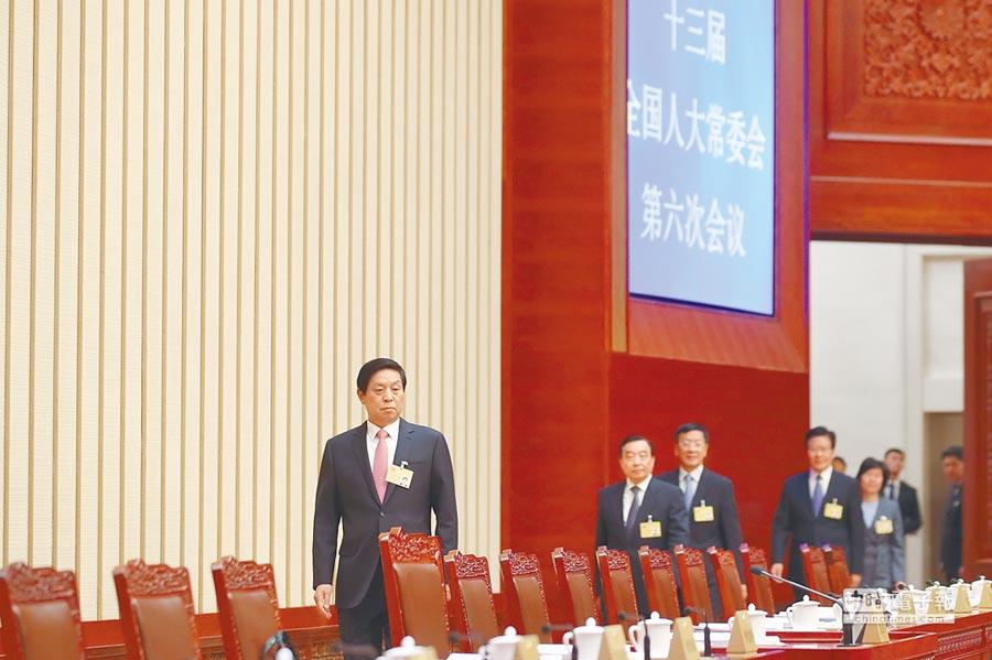 10月26日,全國人大常委會委員長栗戰書主持會議。(中新社)