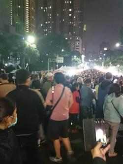 影》「韓國瑜夜市」越晚越嗨 員警被人海淹沒:麥擱進來了