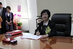彰化縣長王惠美上任 簽署第一份公文發布人事命令