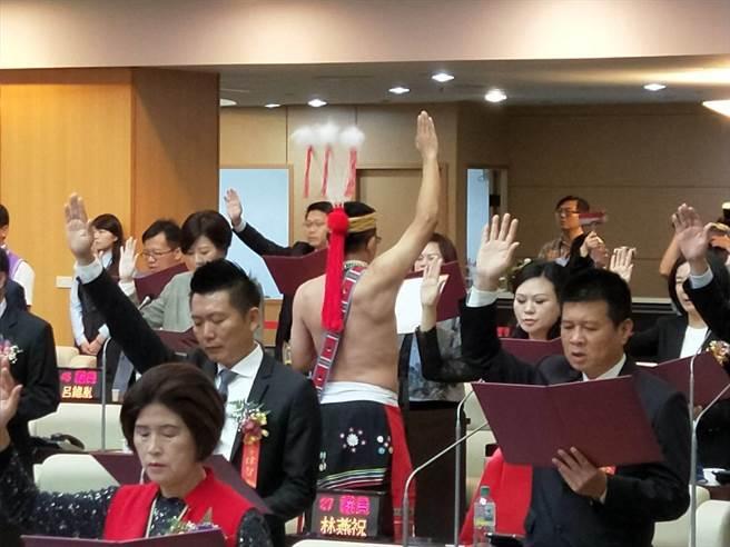 台南市平地原住民議員當選人穎艾達利在宣誓就職時,背對主席台,還拿出自備的誓詞,以阿美族宣讀。(洪榮志攝)