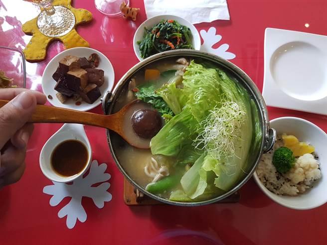 新化梅子的店無論火鍋、義大利麵、燉飯等各式主餐,均附贈茶水、2盤小菜和1盤水果,讓客人平價消費也能享有奢華。(李其樺攝)