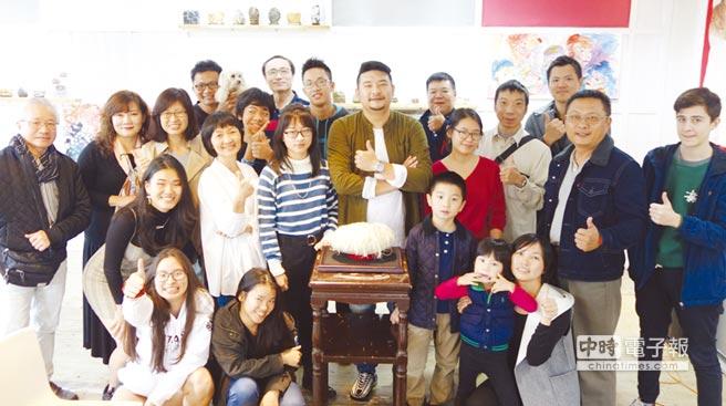雅石名家劉柏辰(中)與參觀個展的來賓合影。圖/黃俊榮