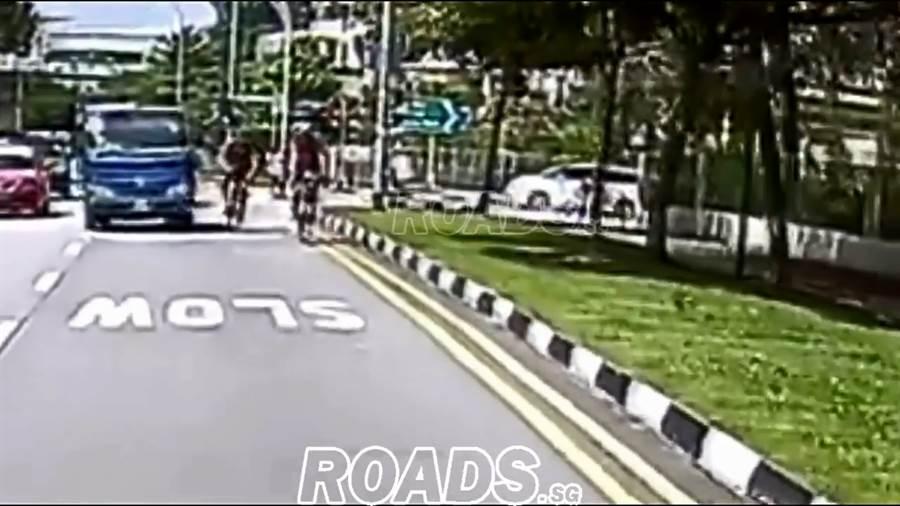單車司機徒手將小貨車的後照鏡打掉(圖/翻攝自臉書/ROADS.sg)