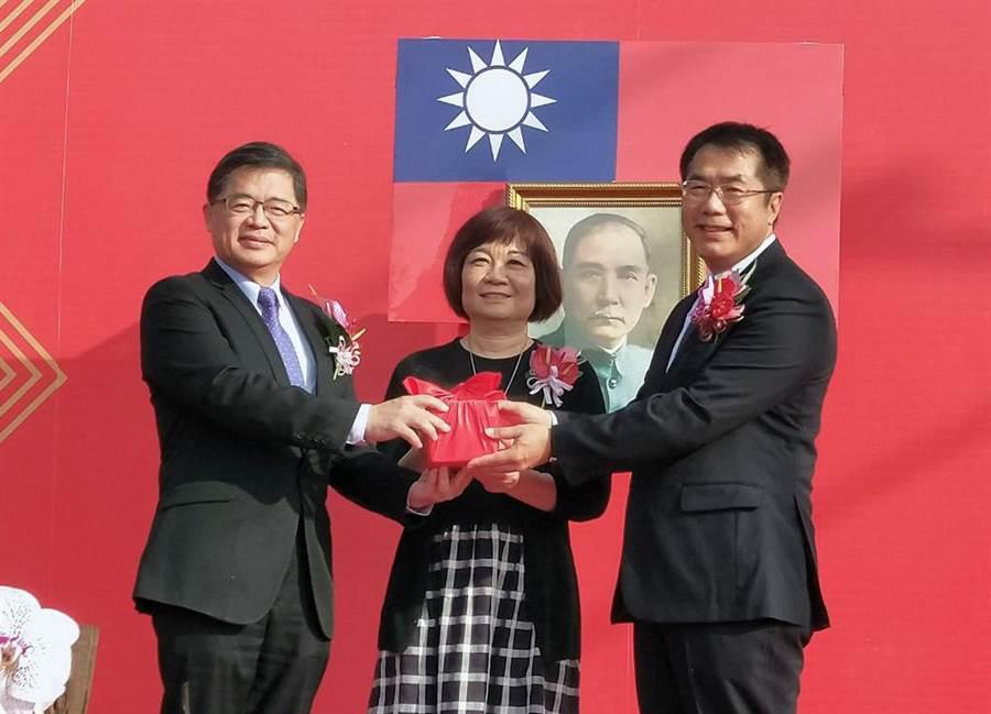 台南市長黃偉哲(右)在行政院政務委員陳美伶(中)的監交下,從卸任代理市長李孟諺(左)的手中接過印信。(洪榮志攝)