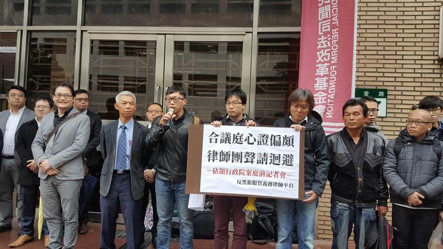 魏揚4年前因太陽花攻占行政院被起訴,今日開庭他與律師在高院外抗議,要求法官迴避審理。(林偉信攝)