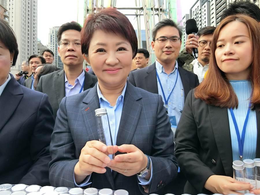 台中市第三屆市長25日舉行就職典禮,新任市長盧秀燕就職典禮發送一萬瓶「谷關空氣」。(盧金足攝)