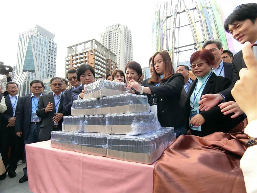 新任台中市長盧秀燕就職「彩蛋」,答案揭曉是1萬瓶來自「谷關空氣」,代表盧秀燕解決空汙的態度與決心。(盧金足攝)