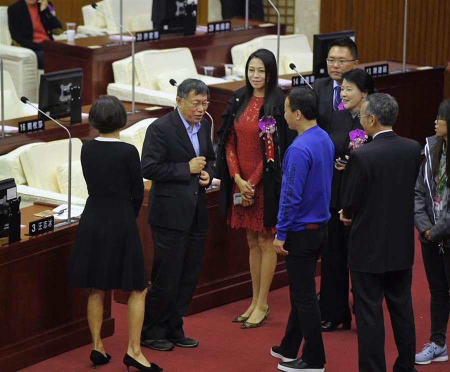 台北市議會第13屆議員宣誓就職典禮25日在台北市議會2樓議事廳舉行,台北市長柯文哲(左2)到場祝賀。(中央社)