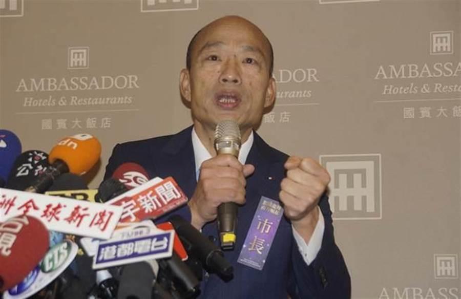 高雄市長韓國瑜25日在愛河邊舉行就職典禮,隨後轉往一旁的國賓飯店以在地特色小吃宴請共襄盛舉的貴賓;圖為韓國瑜受訪。(劉宥廷攝)