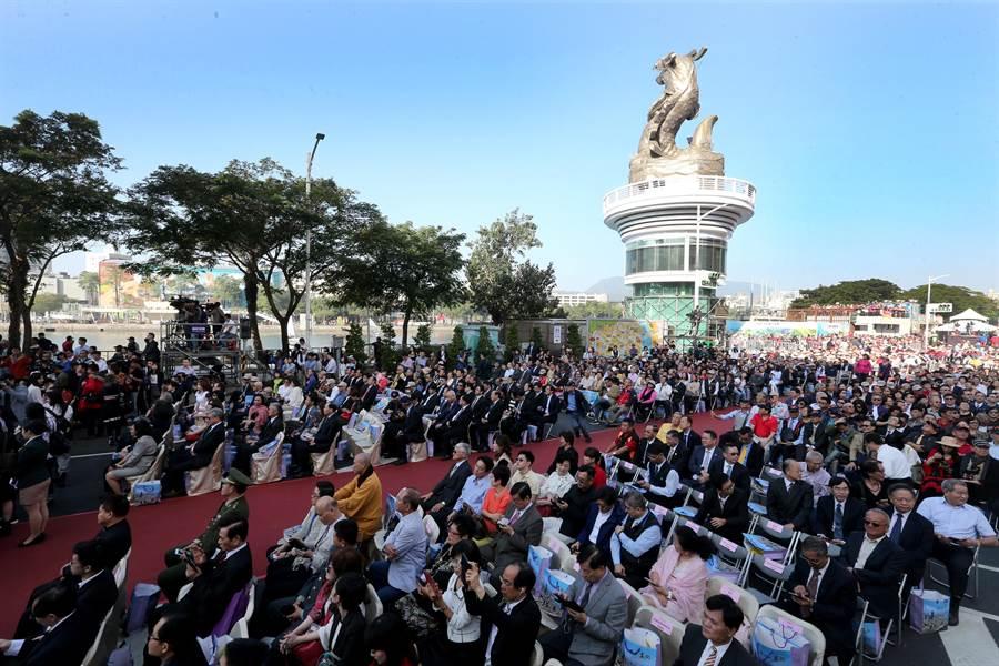 高雄市政府25日在愛河畔舉行「第三屆市長宣誓就職典禮」,天氣不錯,天空一片藍。(黃國峰攝)
