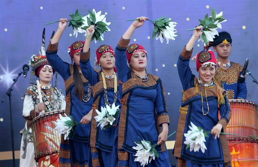高雄市政府25日在愛河畔舉行「第三屆市長宣誓就職典禮」,首先由南島舞集演出「祖之祈福舞耀大地」開場。(黃國峰攝)