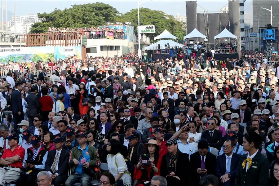 不少民眾一早就到現場參與盛會,期待新高雄的來臨。(黃國峰攝)