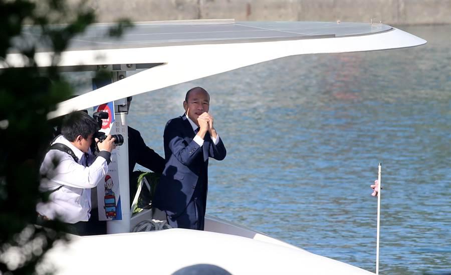 高雄市政府25日在愛河畔舉行「第三屆市長宣誓就職典禮」,新任高雄市長韓國瑜搭乘愛之船到達會場。(黃國峰攝)