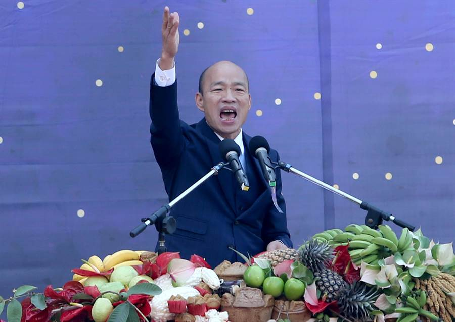 高雄市政府25日在愛河畔舉行「第三屆市長宣誓就職典禮」,新任高雄市長韓國瑜以詩人余光中的《讓春天從高雄出發》作為演說開場,參雜一小段英語演說,最後高喊「高雄來了」作為結尾。(黃國峰攝)