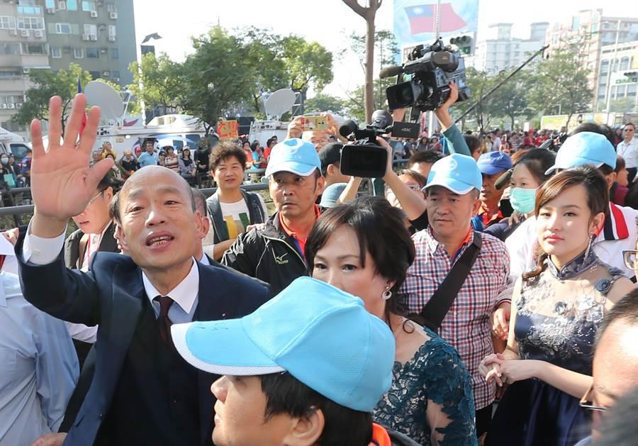 韓國瑜(左)25日宣誓就職高雄市長時,就秒售500萬農漁產品!(黃國峰攝)