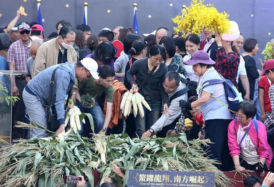 韓國瑜25日就任高雄市長,就職典禮舞台以台灣蔬果裝飾,典禮後開放民眾免費索取,而就在就職典禮開始時,韓國瑜就秒售500萬農漁產品!(黃國峰攝)