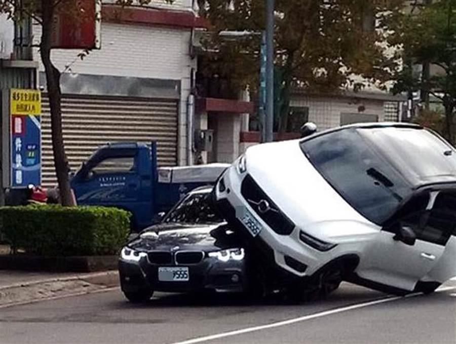 VOLVO騎上BMW,兩輛車竟然剛好車牌末四碼相同。(圖取自《爆廢公社》)