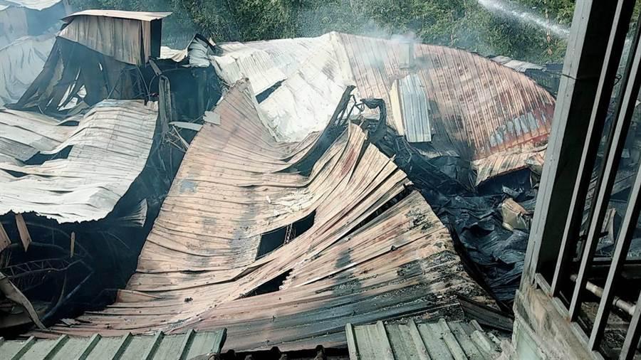 大火吞噬豐原一家烤漆工廠,鐵皮屋頂不敵火勢坍塌。(王文吉翻攝)