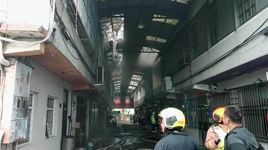 烤漆工廠大火延燒延燒7戶鄰宅,幸好無人傷亡。(王文吉翻攝)