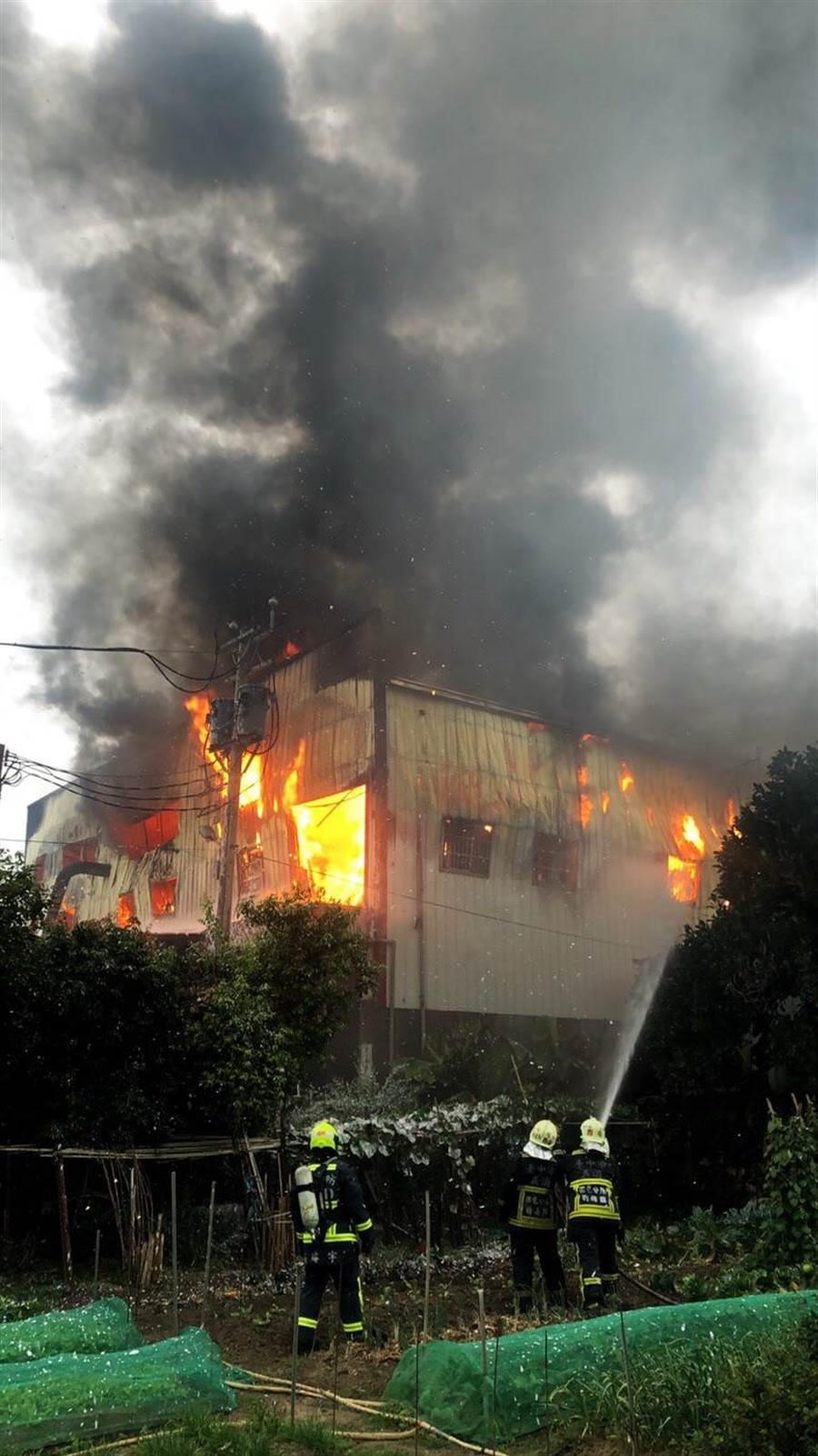 大雅一家木器工廠又傳火警,消防人員到場時已全面燃燒,2度請求加派支援。(王文吉翻攝)