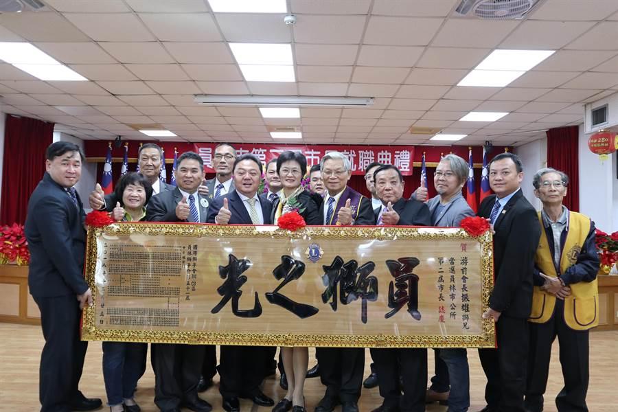 第二屆員林市長游振雄上午宣誓就職,吸引不少鄉親觀禮,還有社團送匾慶賀。(謝瓊雲攝)