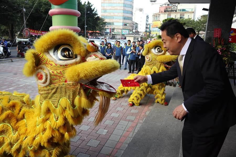 第二屆員林市長宣誓就職,市公所一大早就熱鬧滾滾,舞獅隊在公所前廣場炒熱氣氛。(謝瓊雲攝)