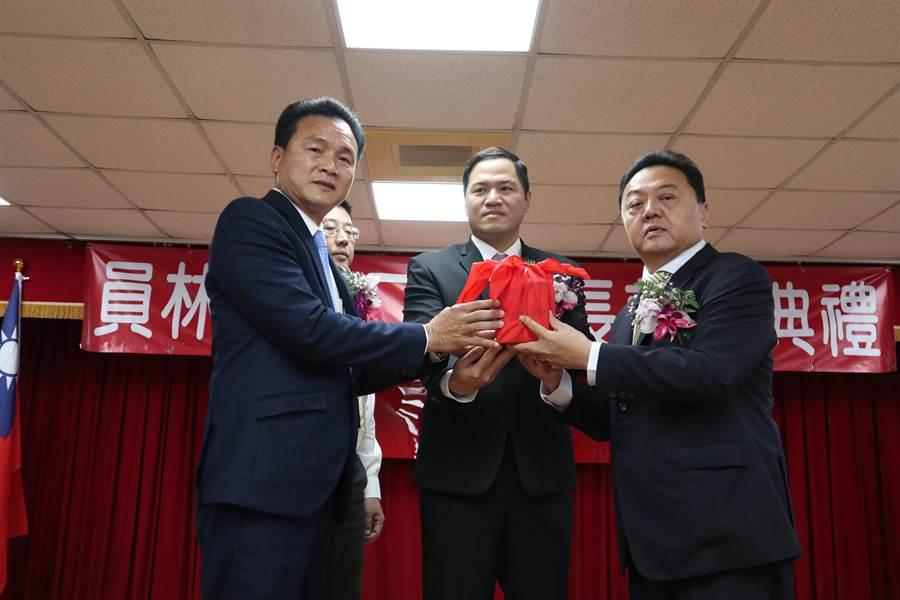 第二屆員林市長游振雄(右)自張錦昆(左)手中接下市長印。(謝瓊雲攝)