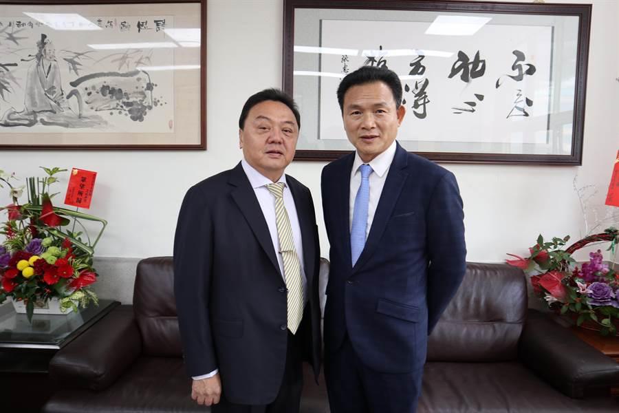 第二屆員林市長游振雄(左起)、與剛卸任的張錦昆(右),選前兩人即強調市政將延續、無縫接軌。(謝瓊雲攝)