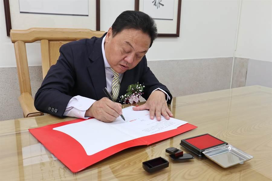 第二屆員林市長游振雄在宣誓就職典禮結束後,回到3樓市長辦公室簽署第一份人事派令公文。(謝瓊雲攝)