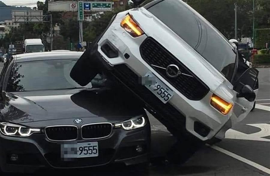 二輛車號都是9555的VOLVO對決BMW狀疊在一起,背後有彩蛋。(圖取自《爆廢公社》)