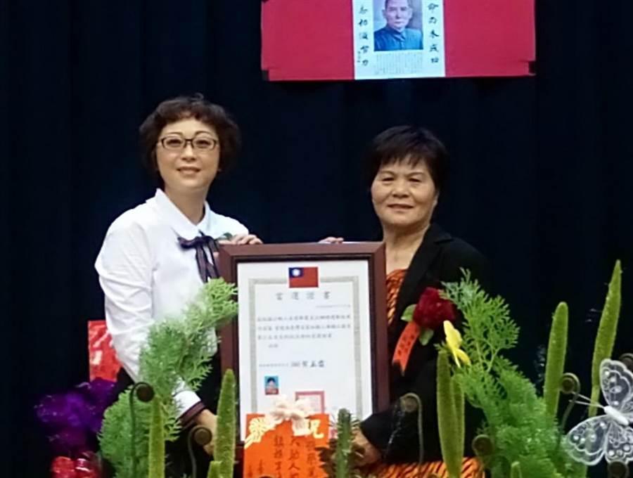 張榮麗(左)是雲林縣土庫鎮首位女鎮長,就任後頒發里長當選證書給里長當選人。(許素惠攝)