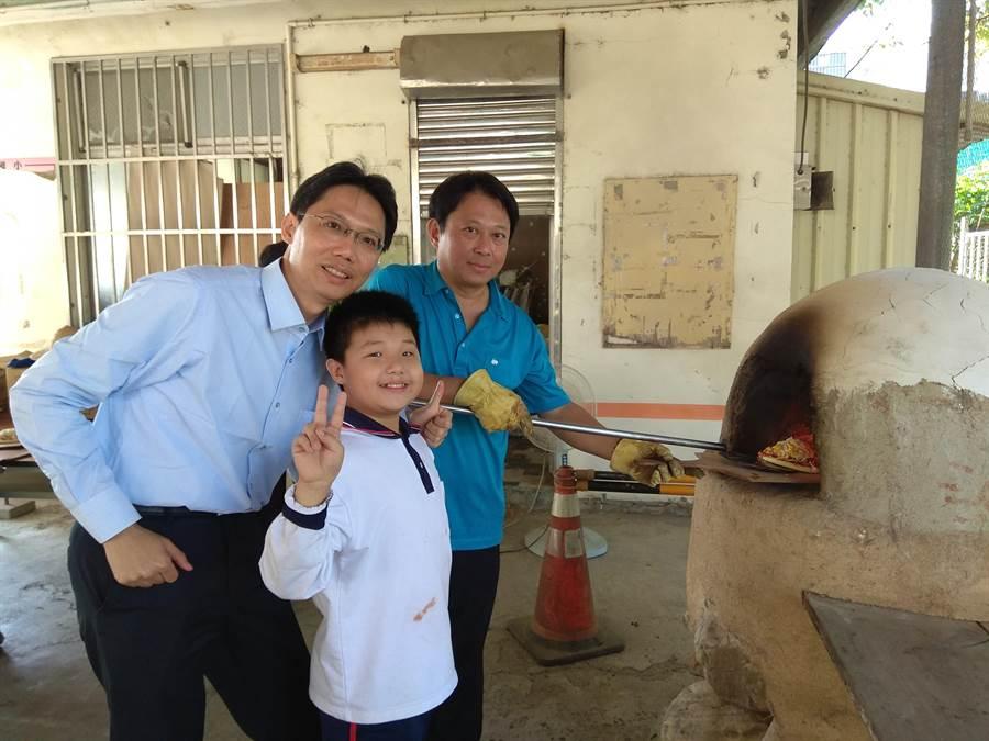 官田國小小朋友自己在餅皮上撒上想吃的蔬菜、起司,客製獨門的創意批薩(劉秀芬攝)