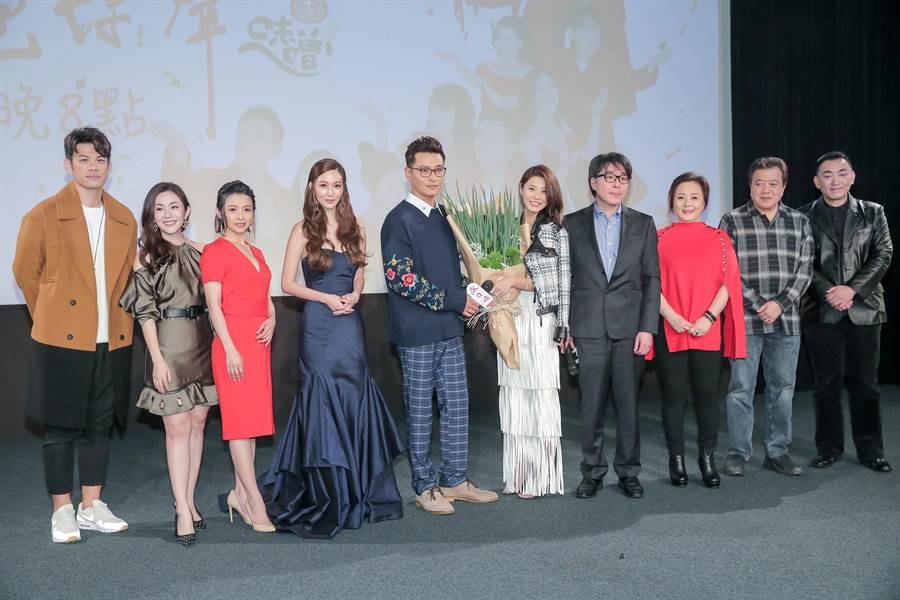 《炮仔聲》首映會,李燕獲贈蔥花束。(盧禕祺攝)