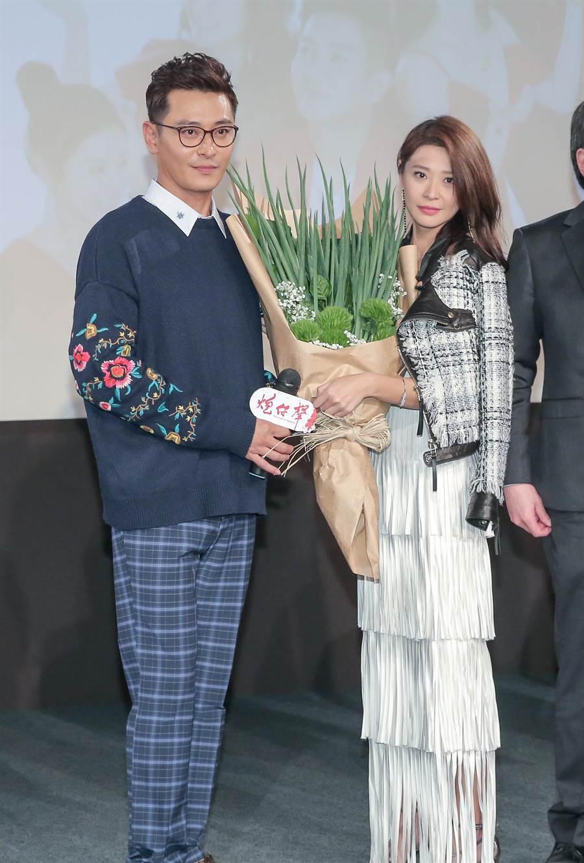 《炮仔聲》首映會,陳冠霖、李燕獲贈蔥花束。(盧禕祺攝)