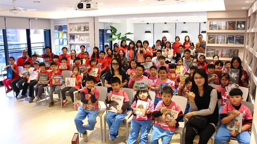 台中新社的大林與中和二國小受邀至益處品書屋閱讀,孩子開心的人手一本自己喜歡的書籍。(圖/益品)