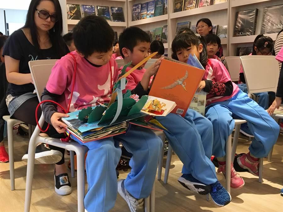 孩子們看到立體童書,個個都愛不釋手。(圖/益品)