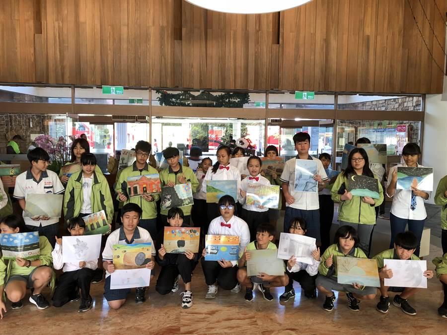 滿州國中33位小畫家們參加學校與業者合作的交換禮物。(小墾丁渡假村提供)