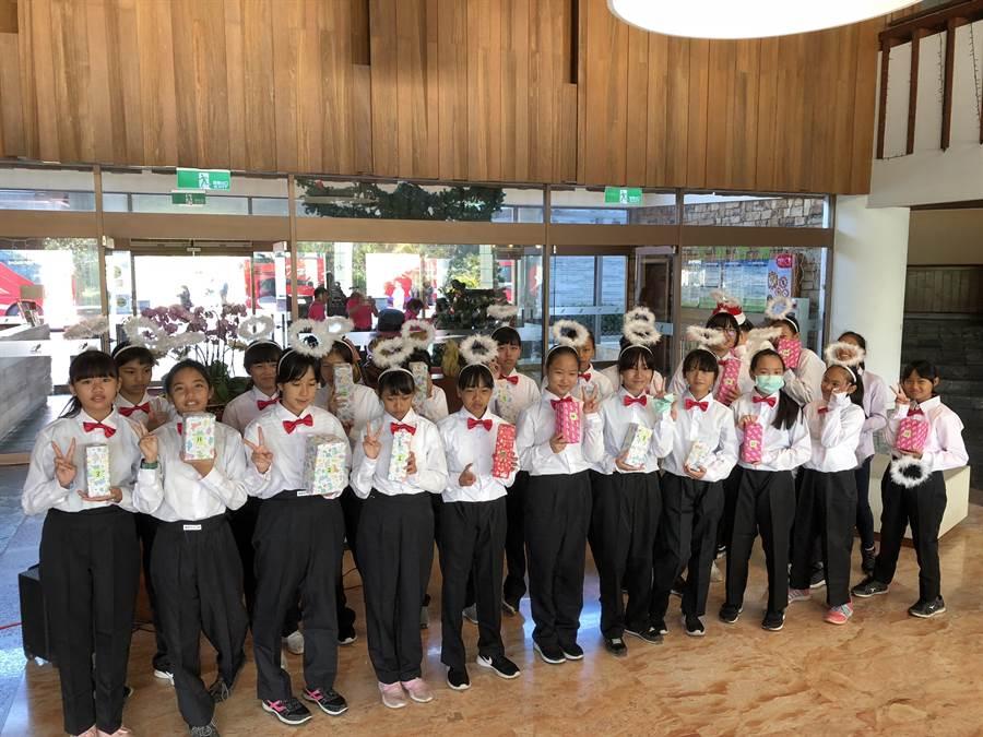 滿州國中合唱團用歌聲交換禮物。(小墾丁渡假村提供)