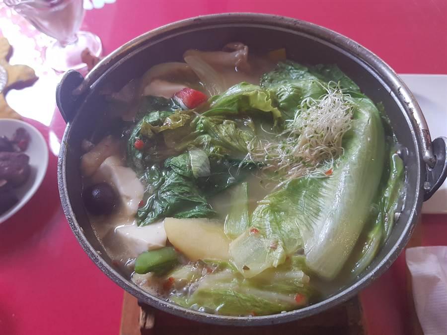 新化梅子的店火鍋口味達11種,其中椰香珍味鍋加入椰奶和泰國魚露調味,口感鹹甜,南洋風味十足。(李其樺攝)